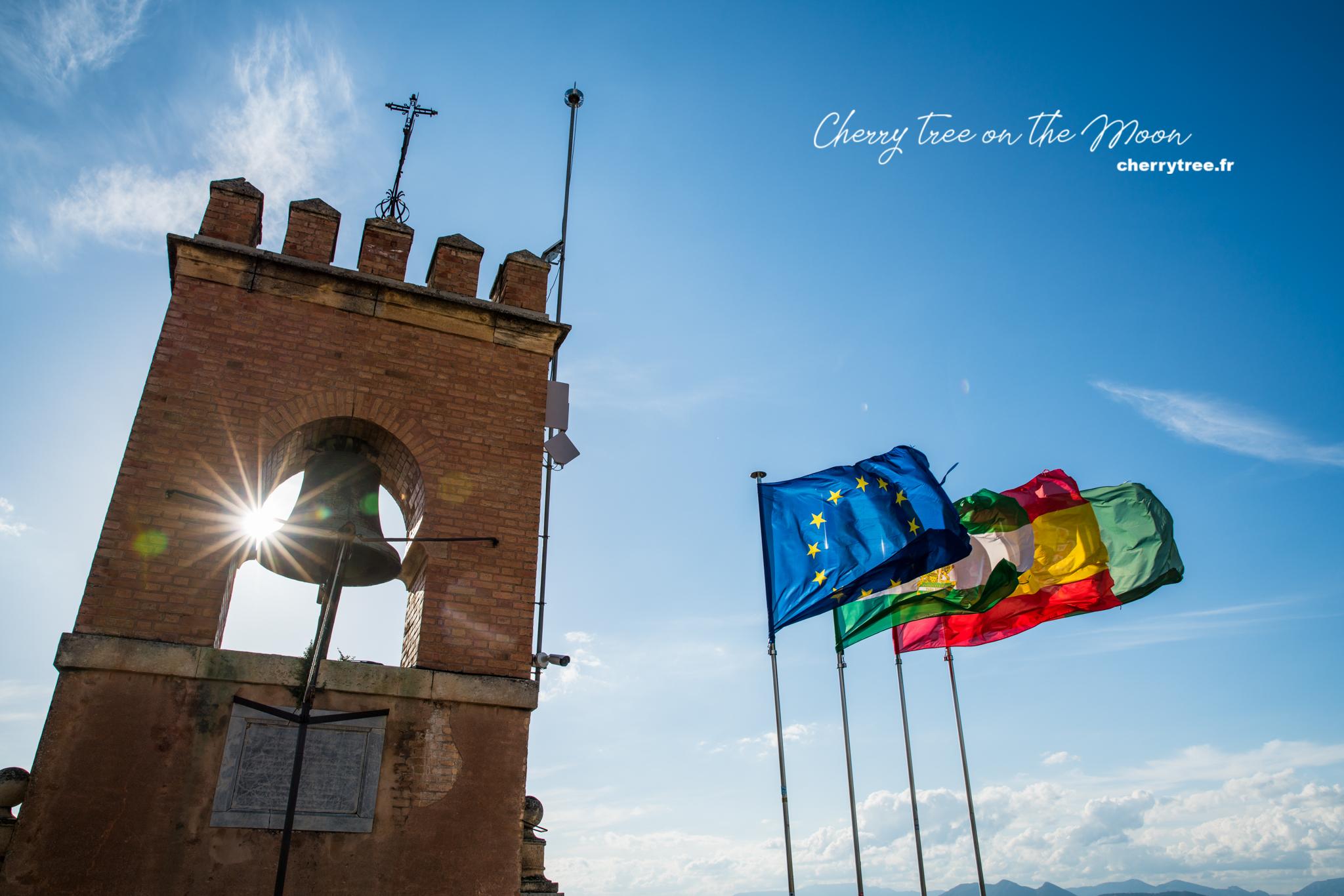 4 lá cờ trên Torre de la Vella :  châu Âu, Tây Ban Nha, Andalusia và Granada