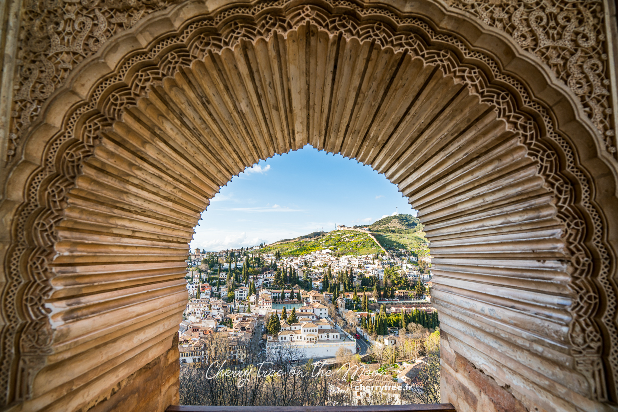 Một góc  Albayzín nhìn từ khung cửa sổ Patio del Partal đẹp đốn tim